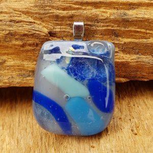 glas-sieraden-hanger-grijs-blauw